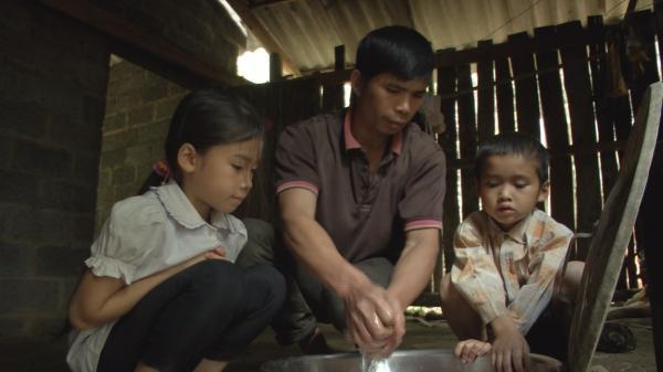 Bắc Kạn: Xót xa hoàn cảnh người cha đơn thân vật lộn trong cái nghèo để nuôi hai con