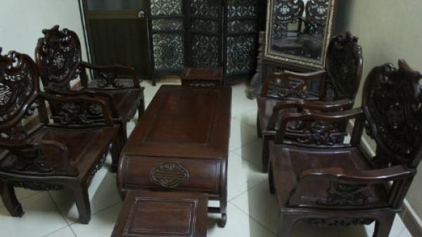 """Bắc Kạn: Lợi dụng mẹ vắng nhà, """"chôm"""" nguyên bộ bàn ghế gỗ quý đi bán"""