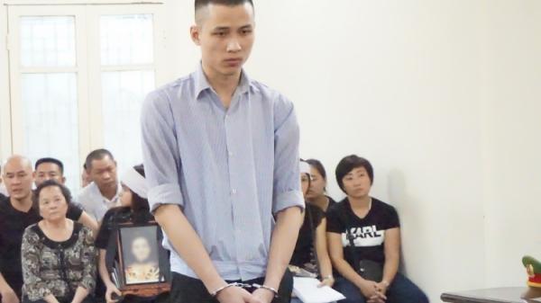 Vụ nam sinh sát hại thiếu phụ quê Nam Định ở chung cư cao cấp: Người thân mang di ảnh đến tòa, mẹ nạn nhân khóc ngất gọi tên con