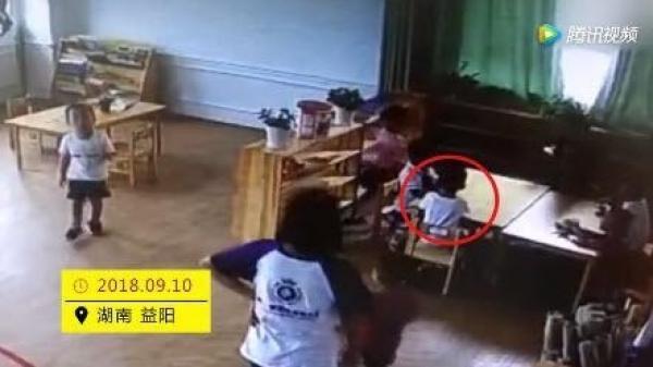 Con 4 tuổi t.ử vo.ng sau bữa trưa ở trường, mẹ khóc ngất lúc biết sự thật khi xem camera
