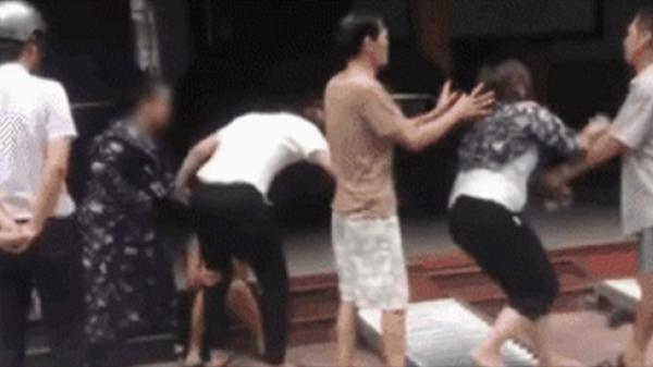 """Nam Định: Mẹ chồng thẳng tay đánh cô bồ, mắng con trai """"mày là con tao nhưng mất dạy"""" khi thấy con ngoại tình"""