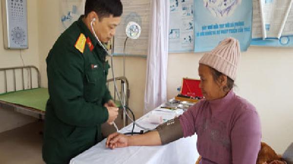 Tặng quà, khám bệnh, cấp phát thuốc miễn phí cho các đối tượng chính sách Hương Nê