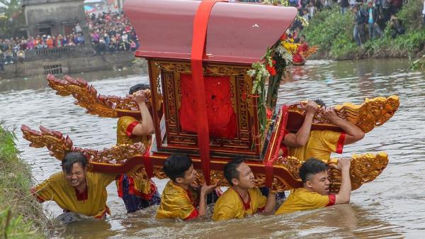 Thái Bình: Nghi lễ rước kiệu dưới nước kỳ lạ chưa từng thấy
