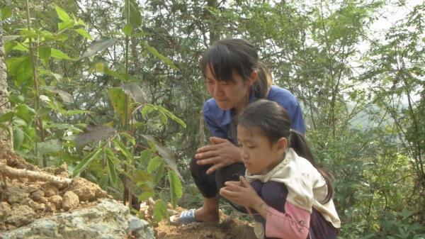 Rơi nước mắt trước hoàn cảnh khó khăn của góa phụ trẻ và con gái nhỏ ở Bắc Kạn
