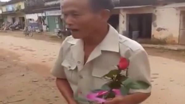 Tình yêu thời 'Ông bà anh': Cụ ông đi xe đạp cũ mua hoa tặng vợ ngày 20/10
