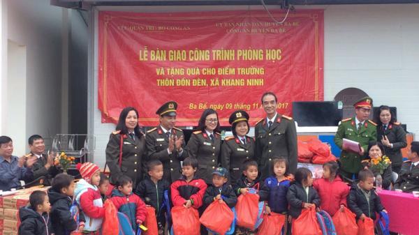 Học sinh nghèo tại thôn Đồn Đèn (Bắc Kạn) vui mừng đón phòng học mới