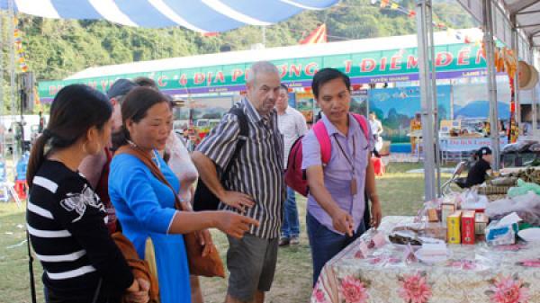 """Đông đảo du khách đến tham dự Chương trình du lịch """"Qua những miền di sản Việt Bắc"""""""