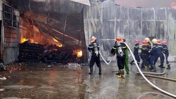 Xưởng may ở bất ngờ cháy lớn, công nhân hốt hoảng tháo chạy ra ngoài đường