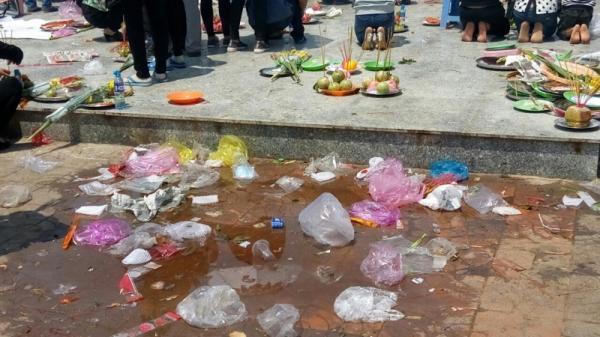 Bạc Liêu: Người dân khấn vái cầu may bất chấp bốn bề ngập rác thải