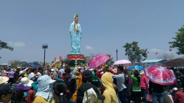Bạc Liêu: Người người đổ xô đi chùa đầu năm cầu an, giải hạn