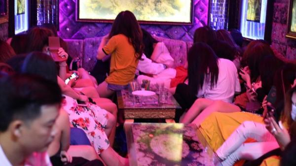 Bắt quả tang 64 nữ tiếp viên chân dài mặc khêu gợi phục vụ khách ở nhà hàng kiêm karaoke