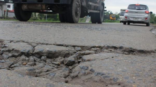 Bắc Ninh: Đường đê cong vẹo chờ sụt vì ô tô trốn trạm BOT chạy rầm rập