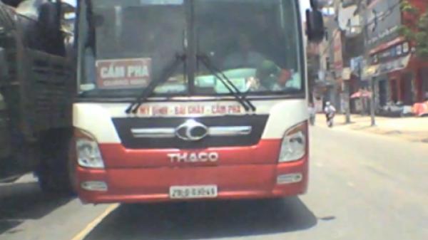 Bắc Ninh: Tài xế xe khách đi ngược chiều đứng thi gan 5 phút khi bị chặn đầu