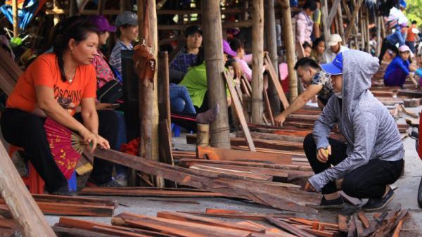Đồng Kỵ (Bắc Ninh): Chợ làng phơi gỗ giữa đường