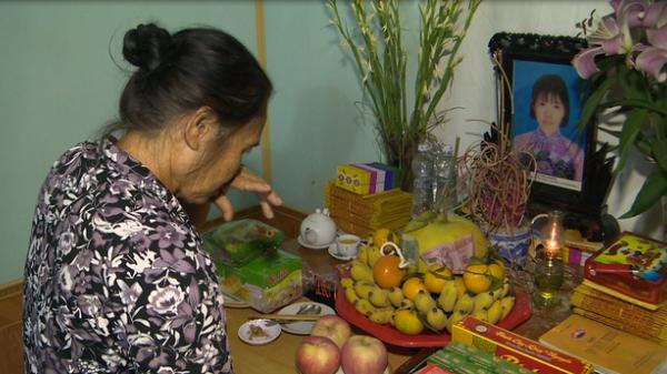 Xót lòng nhìn cảnh trao học bổng cho 2 chị em mồ côi ở Nam Định