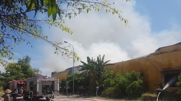 Nam Định: Cháy lớn thiêu rụi kho chứa rộng ngàn mét vuông
