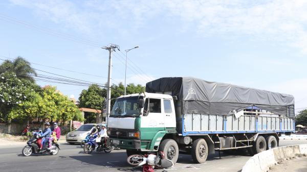 Vĩnh Long: Va chạm giữa xe tải và xe mô tô tại vòng xoay đường tránh thành phố khiến 2 vợ chồng bị thương nặng