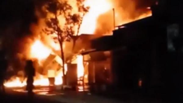 5 căn nhà cháy dữ dội, cả khu dân cư ở miền Tây náo loạn
