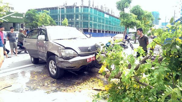 Quảng Ninh: Xe Lexus lao lên vỉa hè, đâm đổ cây sau va chạm giao thông