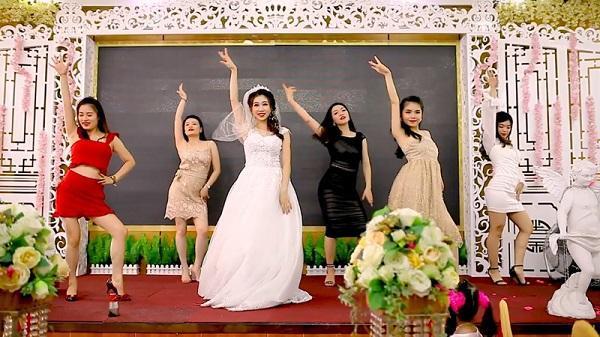 Cô dâu Quảng Ninh hóa cơ trưởng quẩy banh nóc cùng hội bạn thân, mọi người thích mắt vỗ tay không ngớt