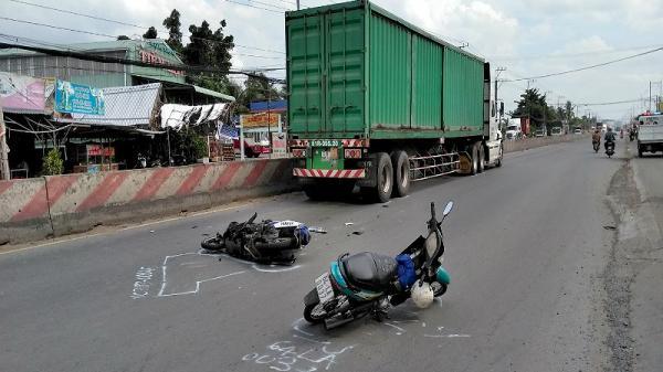 Container nghiền nát mô tô mang BKS Vĩnh Long, 1 người nguy kịch