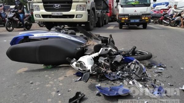 Hiện trường vụ t.ai n.ạn kinh hoàng: Container nghiền nát mô tô mang BKS Vĩnh Long