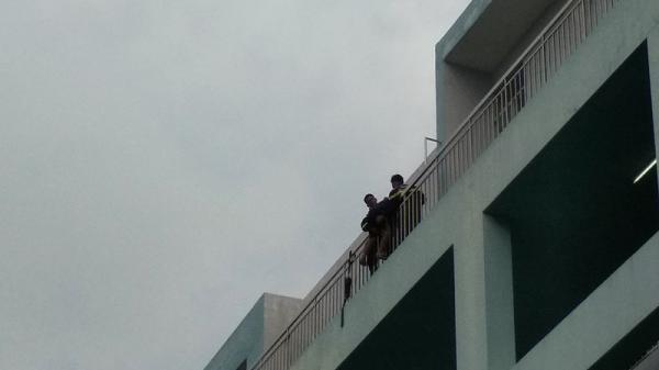Thất tình, nam thanh niên Đồng Tháp 19 tuổi đòi nhảy lầu ở bệnh viện