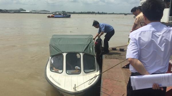 An Giang: Khẩn trương tìm kiếm đại uý mất tích trong vụ canô va chạm sà lan