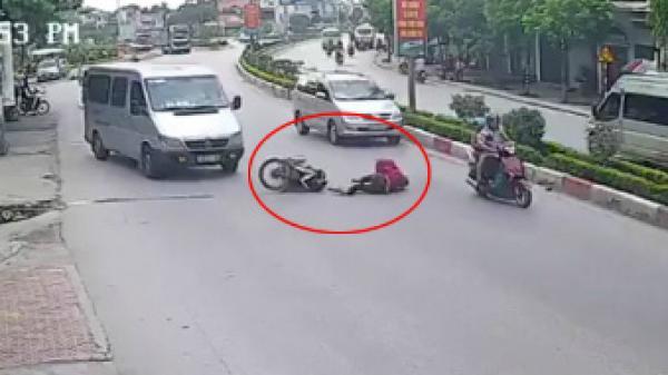 Quảng Ninh: Tránh ôtô khách, hai người phụ nữ bị xe máy tông ngã nhào