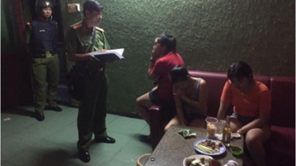 Nữ tiếp viên thường trú ở Vĩnh Long thoát y đang phục vụ khách trong quán karaoke