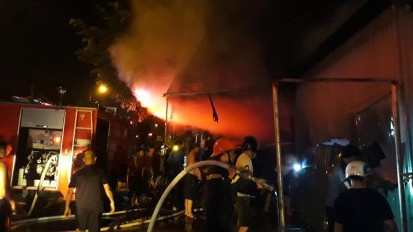 Quảng Ninh: Cửa hàng tạp hóa lớn nhất Móng Cái bốc cháy dữ dội, nhiều người hoảng loạn