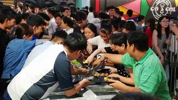 Clip: Hàng trăm người chen lấn xô đẩy tranh giành ăn buffet miễn phí gây náo loạn nhà hàng ở miền Tây