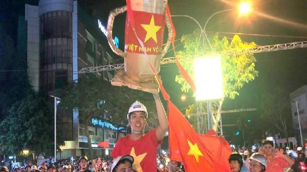 Người dân Cần Thơ-Bạc Liêu xuống đường mừng chiến thắng của tuyển Việt Nam