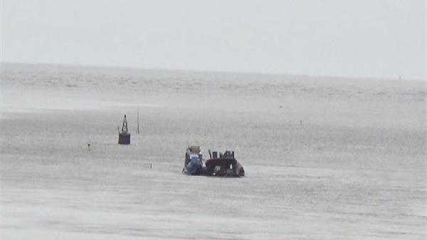 Sà lan chứa hơn 370 khối cát chìm gần cửa biển Nhà Mát