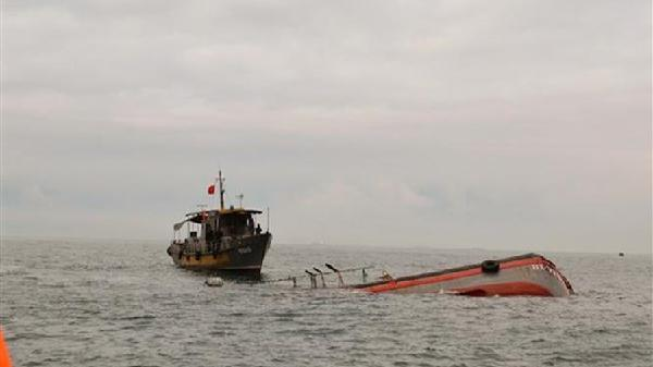 Sà lan đứt dây neo tại cửa biển Nhà Mát, Bạc Liêu nhấn chìm 3 phương tiện đường thủy