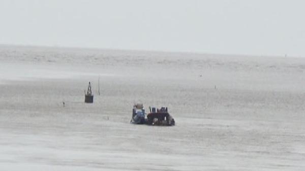 Bạc Liêu: Đứt neo, xà lan chở hàng trăm tấn cát chìm xuống biển