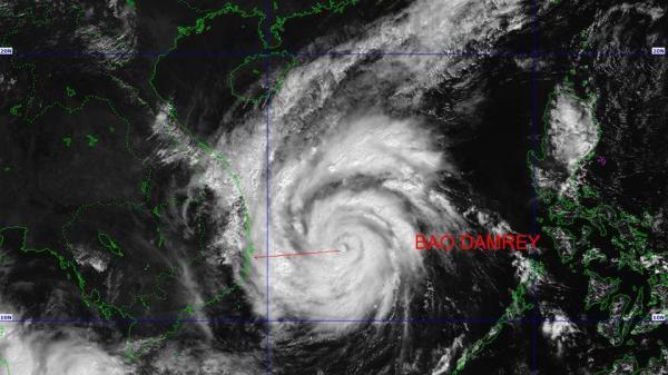 Nhiều tàu của ngư dân vẫn đang ở nơi tâm bão số 12 đi qua