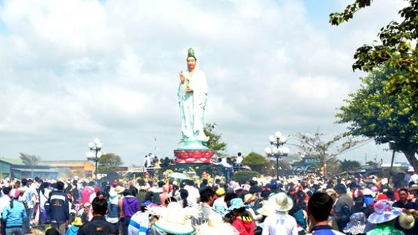 Hàng ngàn lượt du khách dự lễ vía Quán âm Nam Hải (Bạc Liêu)