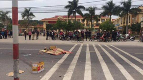 Băng qua đường, một học sinh lớp 2  bị xe tải đâm tử vong