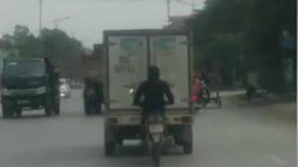 Bắc Ninh: Nam thanh niên bám sát đuôi xe tải để tránh gió