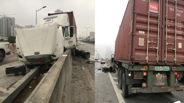 Container mang BKS Bắc Ninh đâm vào dải phân cách khiến đường trên cao ùn tắc