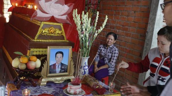 Đám tang đẫm nước mắt của người chồng trong vụ nổ bồn cầu, vợ con không thể về chịu tang