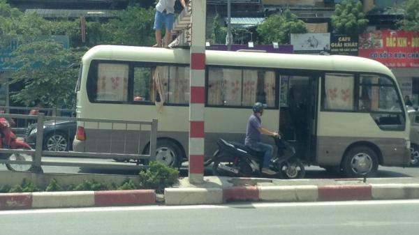 Tài xế quê Bắc Ninh điều khiển xe khách đi lên cầu bị phạt tiền 1 triệu đồng và tước GPLX 2 tháng
