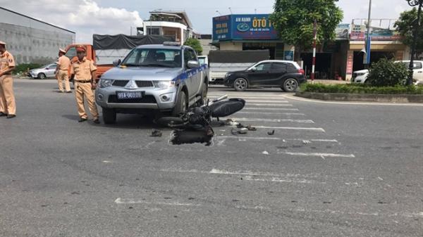 Bắc Ninh: Xe máy đi ngược chiều tông móp xe cảnh sát giao thông