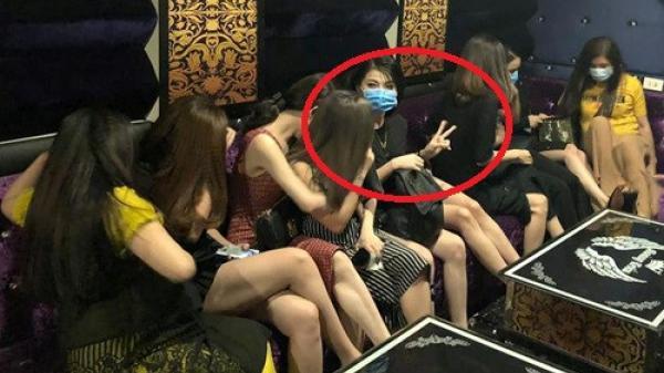 Hành động 'khó đỡ' của nữ tiếp viên karaoke khi bị cảnh sát kiểm tra