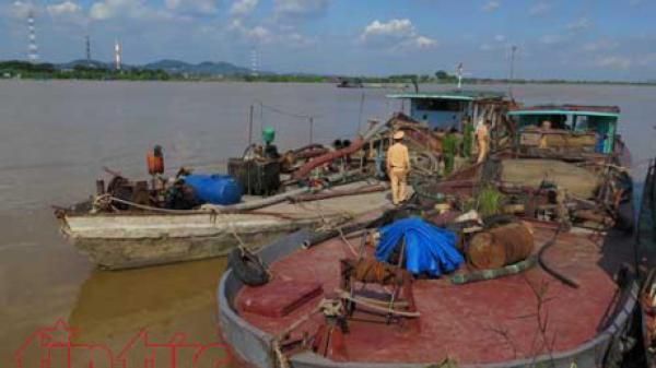 Bắc Ninh bắt giữ hai tàu hút cát trái phép trên sông Thái Bình