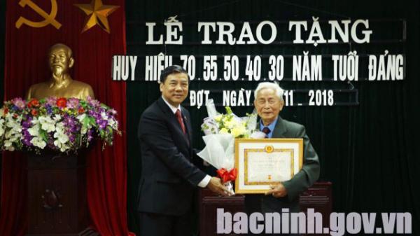 Phó Bí thư Thường trực Tỉnh ủy trao tặng Huy hiệu Đảng tại phường Đình Bảng