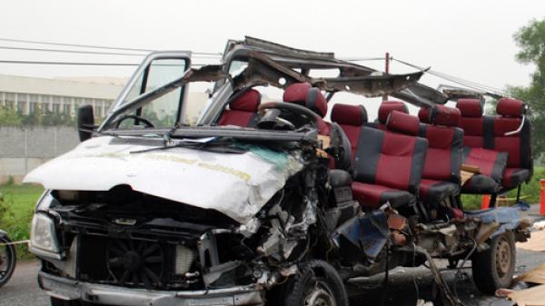 Kinh hoàng: Ôtô 16 chỗ bay nóc sau cú tông khiến sáu người chết