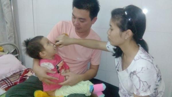 Bị côn trùng đốt, bé gái 16 tháng tuổi nhiễm trùng huyết, đôi vợ chồng nghèo vật lộn giành sự sống cho con