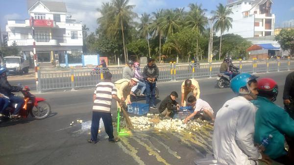 Cảnh sát giao thông Bến Tre nhặt trứng vịt cho người bị va chạm giao thông